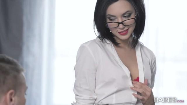 Красивая секретарша в очках трахается с начальником в офисе